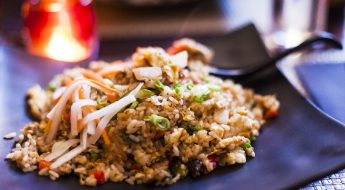 Dietetyczna sałatka z ryżem i pieczarkami