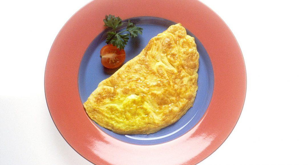 Dietetyczny omlet biszkoptowy z masłem orzechowym